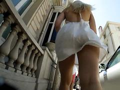 Смотрит под юбку проходящей мимо блондинке