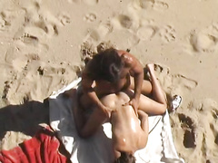 Съемка нудистов началась с ласкающейся молодой пары