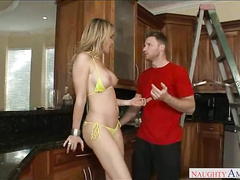 Большегрудая домохозяйка соблазнила пацана своим бикини