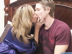 Заботливая мама еблей в постели спасает сына от депрессии