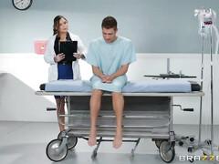 Медсестра надела горячее белье и вылечила мужика от импотенции