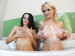 Обнаженные блондинка и брюнетка вместе принимают ванну