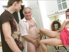 Развратная молодая девка раздвигает ноги перед стариком